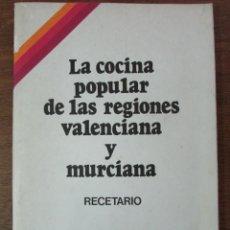 Libros de segunda mano: LA COCINA POPULAR DE LAS REGIONES VALENCIANA Y MURCIANA. GALERIAS PRECIADOS 1980 RECETARIO. Lote 125412675
