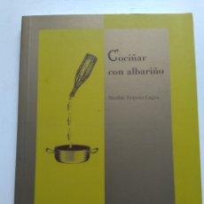 Libros de segunda mano: COCIÑAR CON ALBARIÑO. Lote 143941420