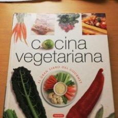 Libros de segunda mano: COCINA VEGETARIANA. EL GRAN LIBRO DEL GOURMET (SUSAETA EDICIONES). Lote 149249034