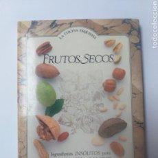 Libri di seconda mano: COCINA . FRUTOS SECOS INGREDIENTES INSOLITOS PARA PLATOS DULCES Y SALADOS EL PAÍS AGUILAR. Lote 155141256