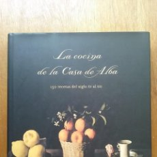 Libros de segunda mano: LA COCINA DE LA CASA DE ALBA, EVA CELADA, MARIA TERESA ALVAREZ, BELACQVA, 2003. Lote 165890786