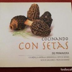 Libros de segunda mano: COCINANDO CON SETAS DE PRIMAVERA (VV. AA.). Lote 171600145