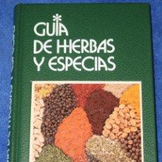 Libros de segunda mano: GUÍA DE HIERBAS Y ESPECIAS - GUALTIERO SIMONETTI - GRIJALBO (1991). Lote 179398258