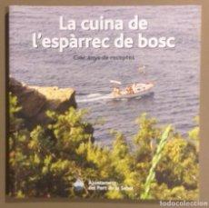 Libros de segunda mano: LA CUINA DE L'ESPÀRREC DE BOSC.CINC ANYS DE RECEPTES. JOSEP MARIA CERVERA. PORT DE LA SELVA. COM NOU. Lote 181164777