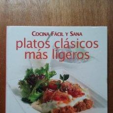 Libros de segunda mano: PLATOS CLASICOS MAS LIGEROS, COCINA FACIL Y SANA, VIVE, GLOBUS, 2005. Lote 195146498