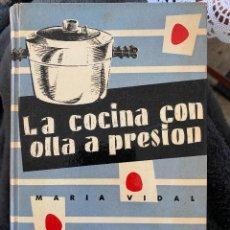 Libros de segunda mano: LA COCINA CON OLLA A PRESIÓN POR MARIA VIDAL, 1956, PRIMERA EDICION, ILUSTRADO, RECETAS. Lote 204439851