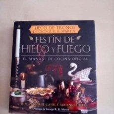 Libros de segunda mano: JUEGO DE TRONOS DE GEORGE MARTIN FESTÍN DE HIELO Y FUEGO EL MANUAL DE COCINA OFICIAL EL PAIS AGUILAR. Lote 207053921