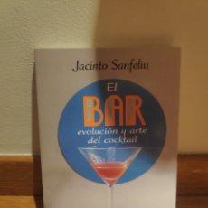 Libros de segunda mano: JACINTO SANFELIU EL BAR EVOLUCIÓN Y ARTE DEL CÓCKTAIL. Lote 210577053