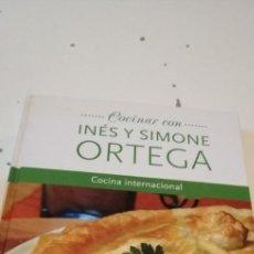 Libros de segunda mano: C-3 LIBRO COCINAR CON INES Y SIMONE ORTEGA COCINA INTERNACIONAL. Lote 218055498