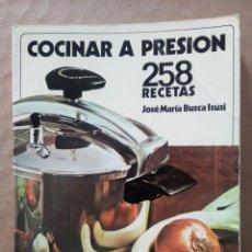 Libros de segunda mano: COCINAR A PRESIÓN: 258 RECETAS, POR JOSÉ MARÍA BUSCA ISUSI (MAGEFESA, 1974).. Lote 228266925