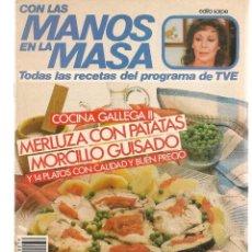 Libros de segunda mano: CON LAS MANOS EN LA MASA. Nº 79. COCINA GALLEGA II. MERLUZA CON PATATAS. 27 NVBR 1985.(B/A57. Lote 237324910