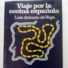 Libros de segunda mano: VIAJE POR LA COCINA ESPAÑOLA - LUIS ANTONIO DE VEGA - SALVAT. Lote 245029785