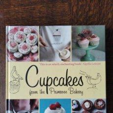 Libros de segunda mano: CUPCAKES FROM THE PRIMROSE BAKERY. MARTHA SWIFT & LISA THOMAS. LIRBO GRAN FORMATO EN INGLES.. Lote 253296035