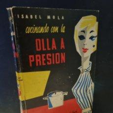 Libros de segunda mano: COCINANDO CON LA OLLA A PRESION. MOLA, ISABEL. A-COCINA. Lote 254837990