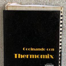 Livres d'occasion: COCINANDO CON THERMOMIX VORWERK RECETAS APUNTES 31X22CMS. Lote 264190388