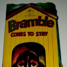 Libros de segunda mano: ANTIGUO CUENTO TROQUELADO AÑOS 40 - BRAMBLE - COMES TO STAY - 4 GIFT TOKENS INSIDE - GOLD TOKEN BOOK. Lote 38241206