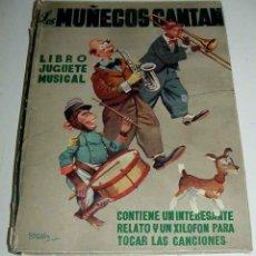 Libros de segunda mano: LIBRO JUGUETE MUSICAL LOS MUÑECOS CANTAN, PUBLICADO EN EL AÑO 1950 - MIDE 31,50 CMS X 23 CMS - CON E. Lote 38249992