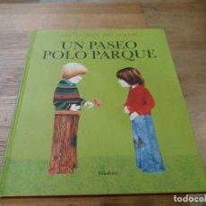 Libros de segunda mano: UN PASEO POLO PARQUE. UN PASEO POR EL PARQUE. ANTHONY BROWNE. KALANDRAKA. GALLEGO. 2013. Lote 105842899