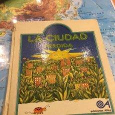 Livros em segunda mão: LA CIUDAD PERDIDA - EDICIONES ALTEA 1976 PRIMERA EDICION - FABULAS DE AHORA MISMO. Lote 121179235