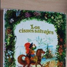 Libros de segunda mano: LOS CISNES SALVAJES DE ANDERSEN 1970 ILUSTRA FERNANDO SAEZ. COL ESMERALDA, SUSAETA. Lote 126241699