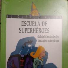Libros de segunda mano: LIBRO ESCUELA DE SUPERHÉROES. Lote 146442832