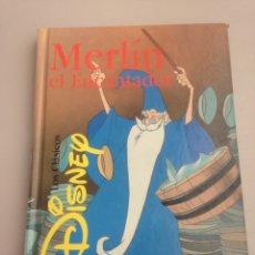Libros de segunda mano: CLÁSICOS DE DISNEY - MERLIN EL ENCANTADOR. Lote 151164773