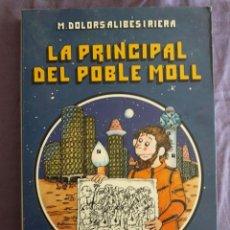 Libros de segunda mano: LA PRINCIPAL DEL POBLE MOLL ANY 2590 / M. DOLORS ALIBES I RIERA / EDI. LA GALERA / EDICION 1981 / EN. Lote 151920886