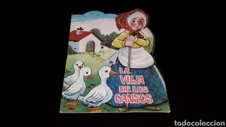 *LA VIEJA DE LOS GANSOS* CUENTO TROQUELADO, ED. PRODUCCIONES EDITORIALES, BARCELONA, AÑO 1979. (Libros de Segunda Mano - Literatura Infantil y Juvenil - Cuentos)