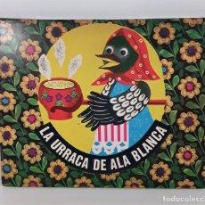 Libros de segunda mano: LA URRACA DE ALA BLANCA. LIBRO SORPRESA. EDIT. MALYSH. MOSCÚ. 1976.. Lote 218347885