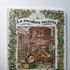 Libros de segunda mano: LA ESCALERA SECRETA - JILL BARKLEM - VILLA ZARZAL. Lote 200289671