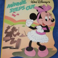 Libros de segunda mano: MINNIE STEPS OUT - WALT DISNEY - TWIN BOOKS (1989). Lote 172312458