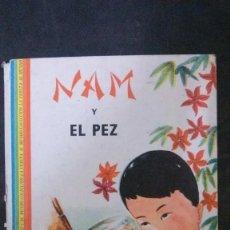 Libros de segunda mano: NAM Y EL PEZ-TONY VAN NHIEM-DIBUJOS DE VIET HO-AYMÁ-1961-COLECCIÓN LA VUELTA AL MUNDO. Lote 182511306