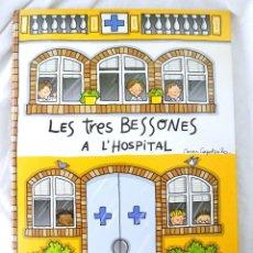 Libros de segunda mano: LIBRO LES 3 BESSONES A L'HOSPITAL ,INTERACTIVO DESPLEGABLE 3D, R. CAPDEVILA 2004 CROMOSOMA. Lote 218978332