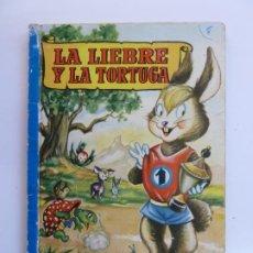 Libros de segunda mano: LA LIEBRE Y LA TORTUGA. COLECCIÓN PARA LA INFANCIA. 1ª EDICIÓN 1956. Lote 226380840