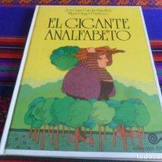 Libros de segunda mano: EL GIGANTE ANALFABETO DE JOSÉ LUIS GARCÍA SÁNCHEZ. EDICIONES ALTEA 1980. UNOS CUANTOS CUENTOS Nº 1.. Lote 254206085