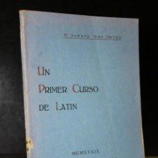 Libros de segunda mano: UN PRIMER CURSO DE LATÍN.. Lote 193568945