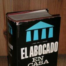 Libros de segunda mano: EL ABOGADO EN CASA POR CÉSAR SENTÍAS DE EDITORIAL DE VECCHI EN BARCELONA 1969 2ª EDICIÓN. Lote 286492268