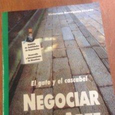 Libros de segunda mano: EL GATO Y EL CASCABEL. NEGOCIAR ES UN ARTE - VICTORIANO BORREGUERO VÍRSEDA. Lote 136277948