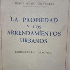 Libros de segunda mano: LA PROPIEDAD Y LOS ARRENDAMIENTOS URBANOS - JORGE RUBIO GONZÁLEZ - MADRID 1964. Lote 172424560
