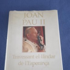 Libros de segunda mano: JOAN PAU II. TRAVESSANT EL LLINDAR DE L' ESPERANÇA. ED. PLAZA&JANE. AÑO 1994. Lote 220395727
