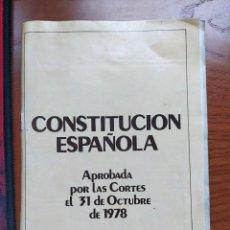 Libros de segunda mano: CONSTITUCIÓN ESPAÑOLA. REFERÉNDUM NACIONAL 6 DE DICIEMBRE. DOBLE PORTADA CASTELLANO-GALLEGO.. Lote 238080795