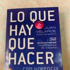 Libros de segunda mano: LO QUE HAY QUE HACER, JUAN VELARDE Y 32 ECONOMISTAS IMPORTANTES DE ESPAÑA. Lote 264233460