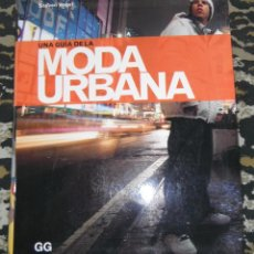 Libros de segunda mano: UNA GUIA DE LA MODA URBANA STEVEN VOGEL 1º EDICION ESPAÑOLA 2007 ZAPATILLAS, TOYS, CAMSIETAS, LOGOS,. Lote 47191993