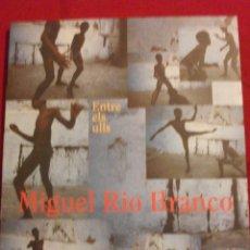 Libros de segunda mano: CATALOGO FOTOGRAFIA MIGUEL RIO BRANCO - ENTRE ELS ULLS 1999. Lote 50580706