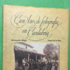 Libros de segunda mano: CIEN AÑOS DE FOTOGRAFÍA EN CANTABRIA - BERNARDO RIEGO Y ÁNGEL DE LA HOZ - AÑO 1987. Lote 68999233