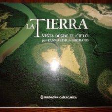 Libros de segunda mano: LA TIERRA VISTA DESDE EL CIELO.YANN ARTHUS BERTRAND.UNA IMAGEN AEREA DEL PLANETA.. Lote 97035331