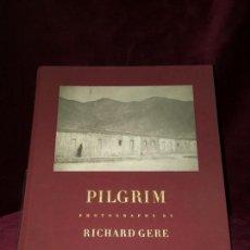 Livros em segunda mão: PILGRIM: PHOTOGRAPHS BY RICHARD GERE. Lote 132787678