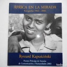 Libros de segunda mano: RYSZARD KAPUSCINSKI ÁFRICA EN LE MIRADA.FOTOGRAFÍAS 1965-2000 Y91024. Lote 259008105