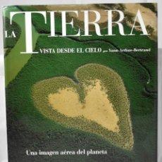 Libros de segunda mano: LA TIERRA VISTA DESDE EL CIELO POR YANN ARTHUS-BERTRAND. UNA IMAGEN AÉREA DEL PLANETA. Lote 161482734