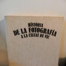 Libros de segunda mano: HISTÒRIA DE LA FOTOGRAFIA A LA CIUTAT DE VIC.HOMES TÈCNIQUES I MÀQUINES EN CATALÀ 1849 - 1930. Lote 177864058